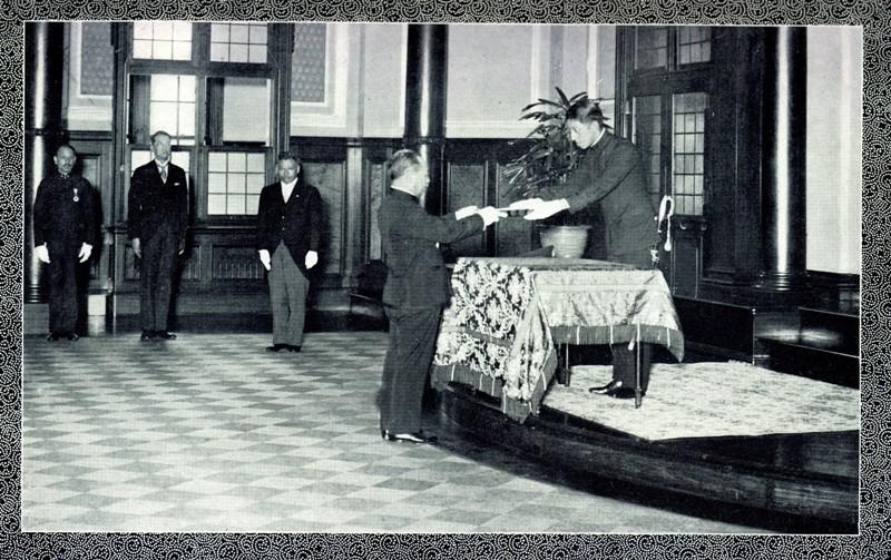 圖7.1935年4月27日臺灣總督府內舉行接受天皇賑災救恤金儀式(右1為入江相政侍從官,右2為中川健藏總督)